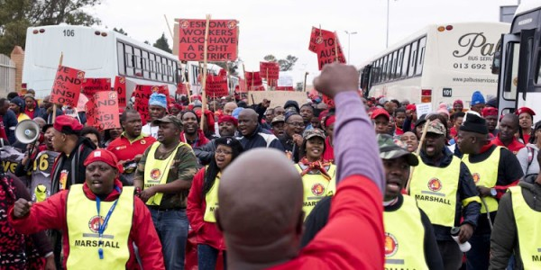 Demonstrators protest outside Megawatt Park, Sunninghill, June 14, 2018. Eskom workers are demanding a 15% salary increase while Eskom has decided to cut completely any increases for this year, saying they simply do not have the funds. Photo: Greg Roxburgh.